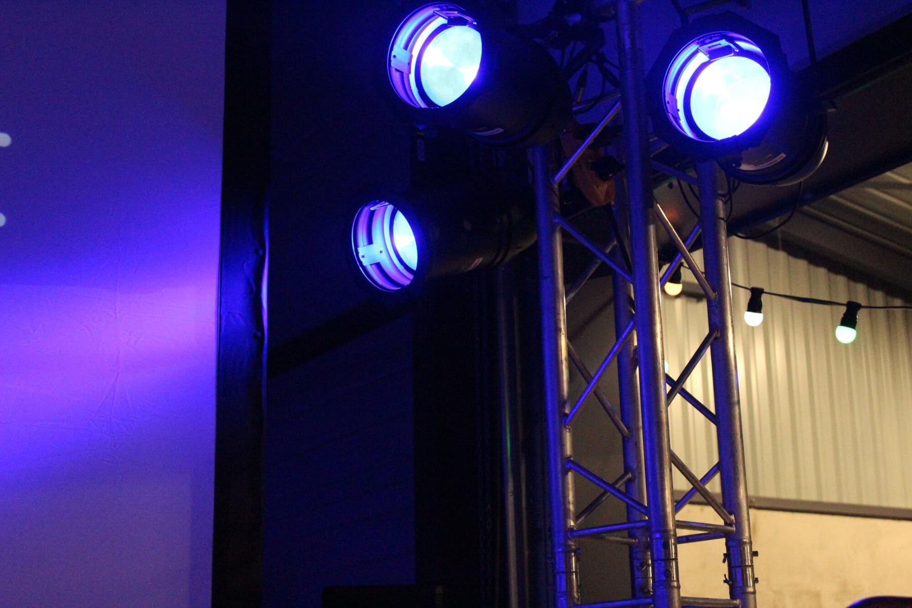 Projecteur LED sur totem structure