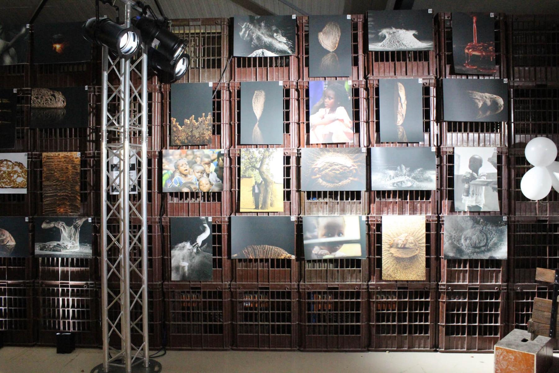 Mise en valeur de l'art avec projecteur sur totem