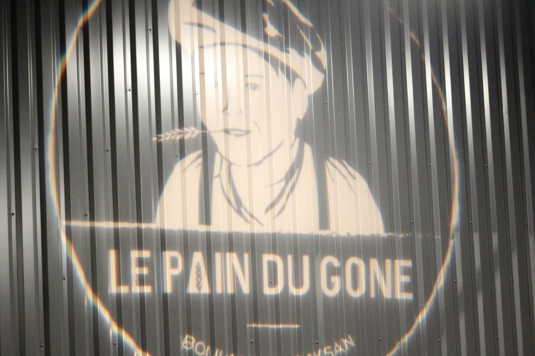 Projection logo Le Pain du Gone sur mur