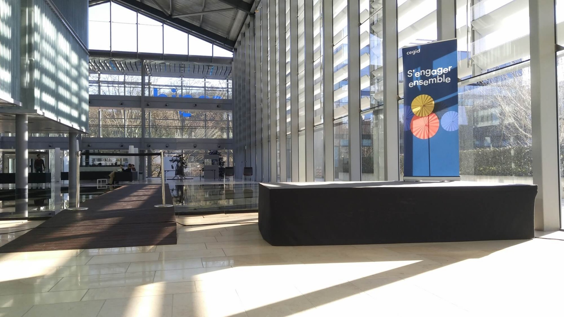 Installation d'une scène professionnelle pour discours à Lyon